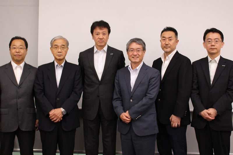 左から)豊橋技術科学大学教授の井佐原氏と副学長の原氏、日本マイクロソフト執行役 CTOの榊氏、ブロードバンドタワー代表取締役会長兼社長の藤原氏、エーアイスクエア代表取締役の石田氏、日本マイクロソフト技術統括室業務執行役員NTOの田丸氏