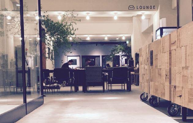 開業前のホテルを体験できる新施設、青山ブックセンターと協業で貸出無料の図書館など