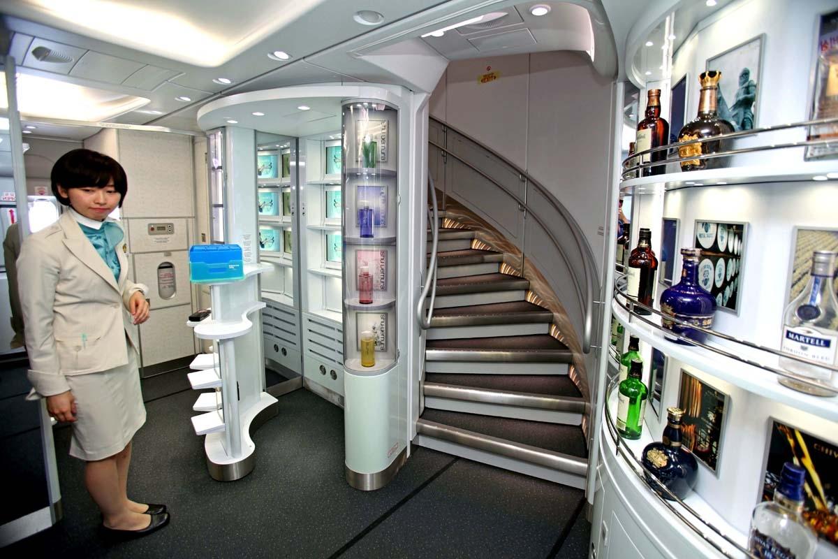 大韓航空はA380の広大なスペースを生かし機内に免税品展示コーナーを設置
