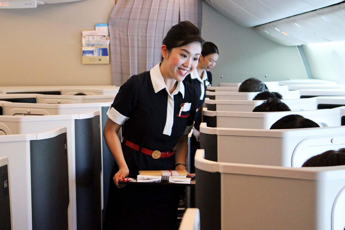 羽田を離陸して1時間。水平飛行に移ると、機内では食事のサービスが始まった