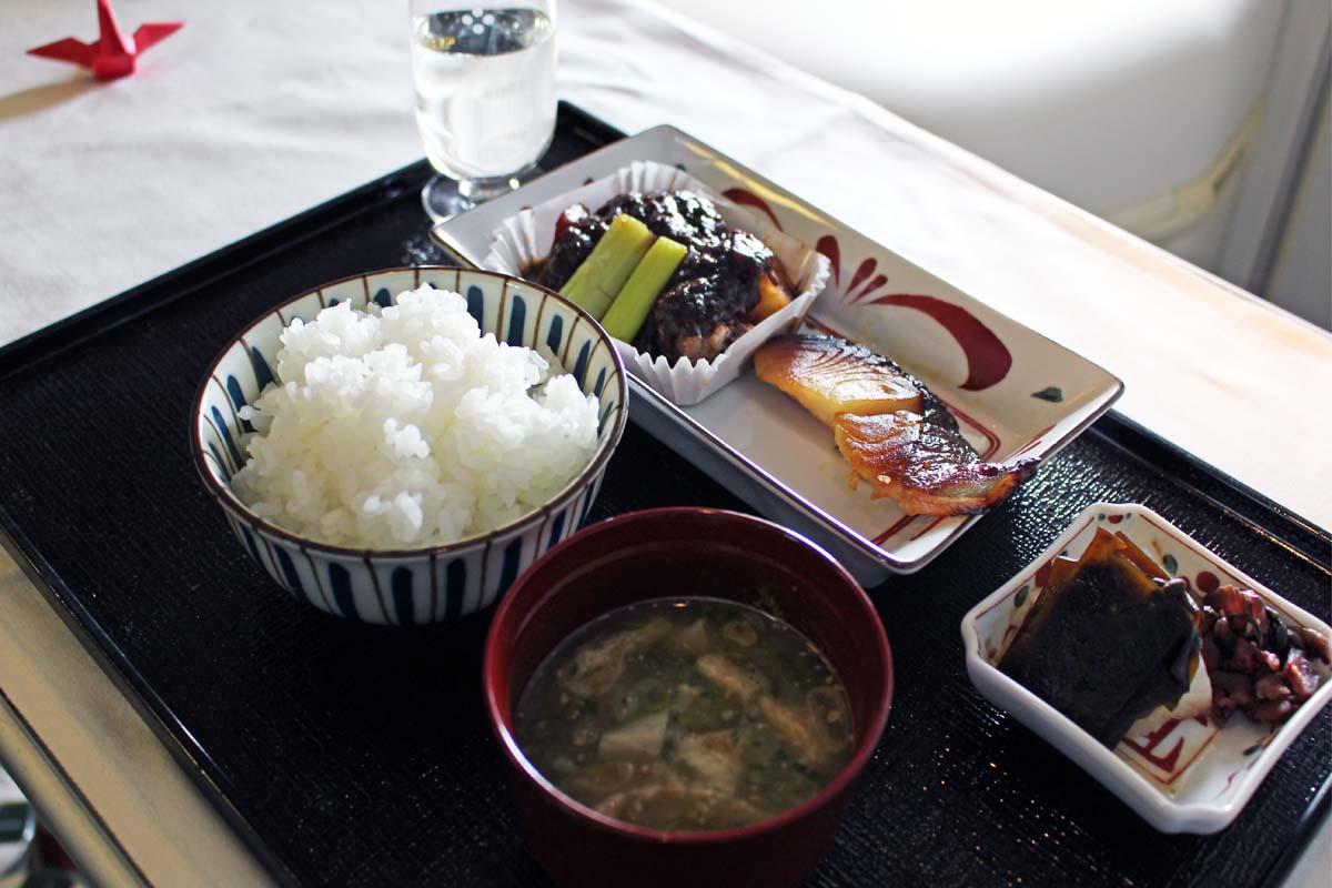 ビジネスクラスの和食は東京湯島の名店『くろぎ』のオーナーシェフ、黒木純さんがプロデュース