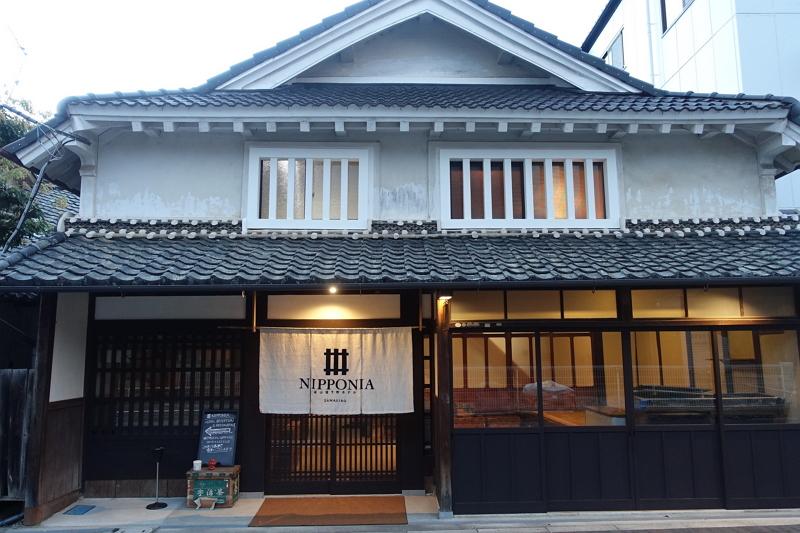 ノオトが篠山市内で展開するNIPPONIA。フロントとレストランを備える「オナエ」のほか町中に3棟が点在。4棟合わせてひとつのホテル。