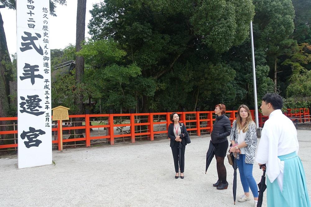 上賀茂神社を訪れた参加者。式年遷宮の説明を受ける