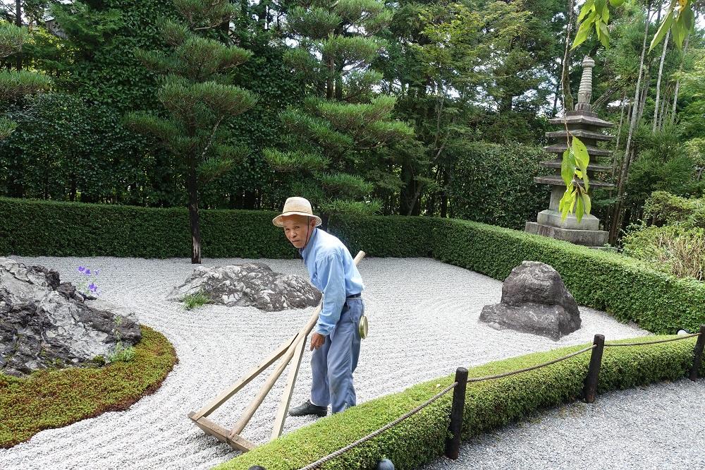 妙心寺退蔵院は枯山水庭園でも有名な所。庭師は参加者のためにわざわざデモンストレーションをしてくれた