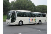 クラブツーリズムが独自バス開発、前方スライドで倒せる座席やベルト着用確認など新機能を搭載