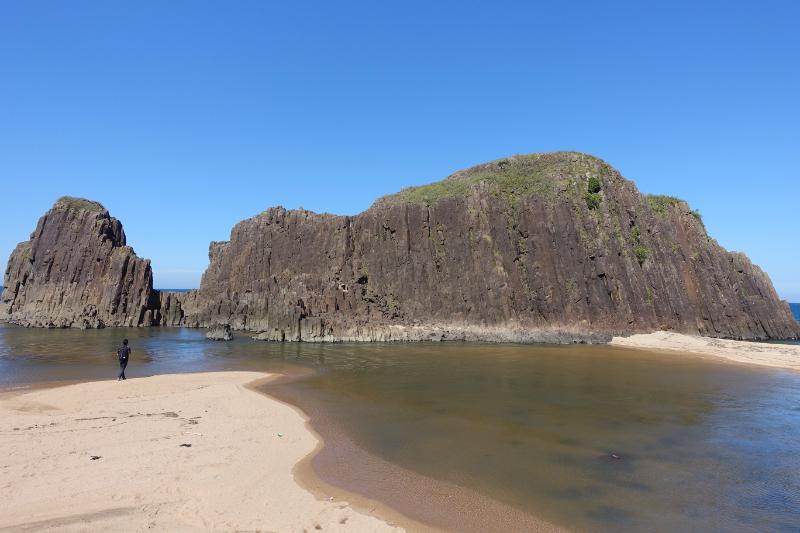 間人の観光目所のひとつ「立岩」。山陰海岸ジオパークの一部だ