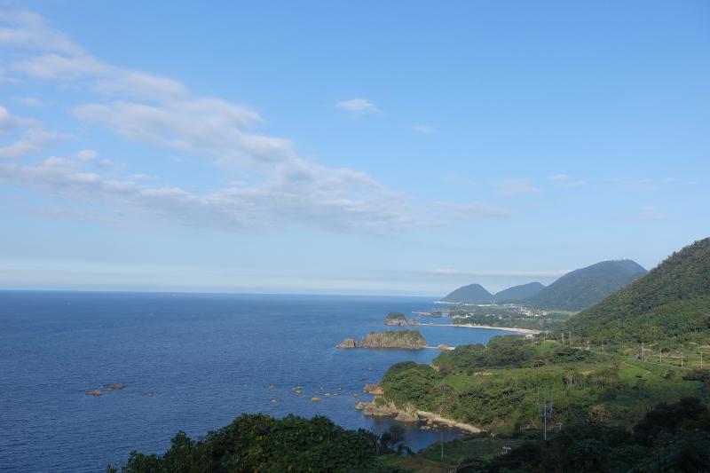 丹後町の海岸線には風光明媚な景色が連なる