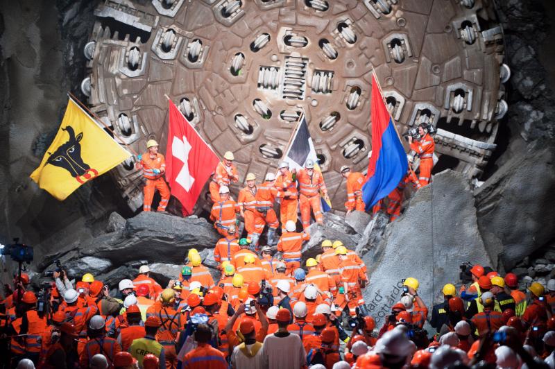 2010年10月15日、分割して南北から掘り進めていた一部が開通した瞬間。巨大なシールドが印象的だ © AlpTransit Gotthard Ltd