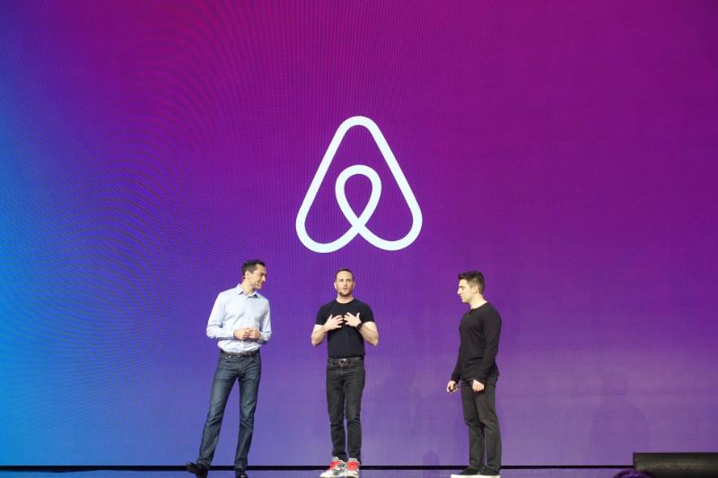 Airbnb Openに登壇した共同創業者のネイサン・ブレチャジック氏、ジョー・ゲビア氏、ブライアン・チェスキー氏(左から)