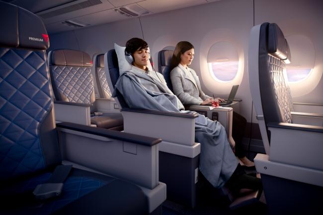 デルタ航空、長距離国際線に新エコノミー座席を導入、離陸前のドリンク提供などビジネスクラス的なサービスも
