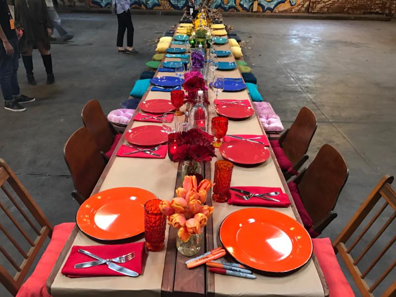 最後は参加者が集まって倉庫の中でディナー
