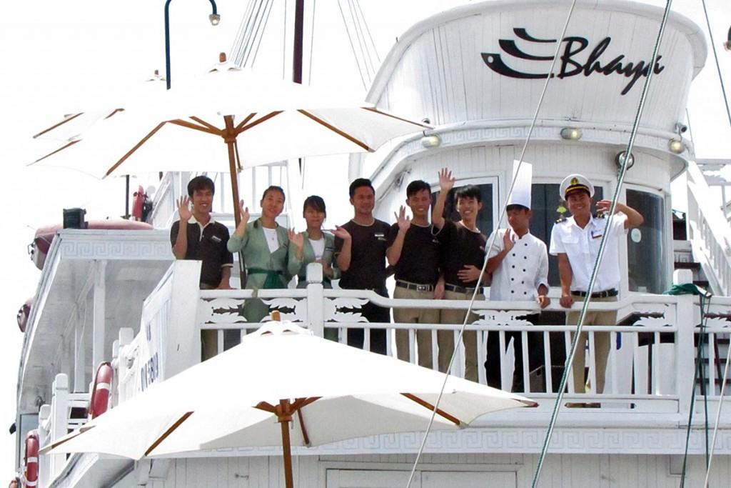 陽気な乗組員たちに出迎えられてバーヤ・クラシック号に乗船