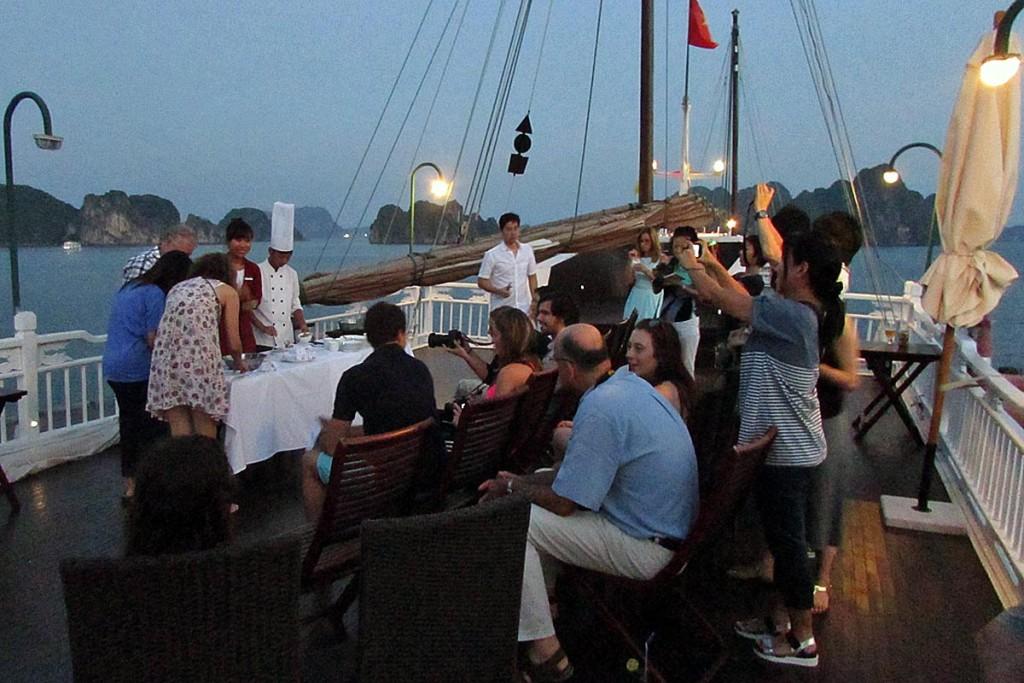 船上デッキで夕食前に開催される揚げ春巻きの料理教室