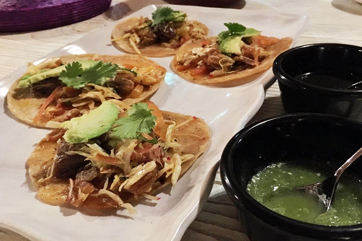 トルティーヤに好みの食材を乗せて食べるタコスはメキシコの代表料理