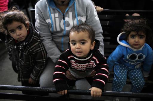 シリア人ファミリー。レバノンのベイルートにある国連難民高等弁務官本部前にて:AP通信より
