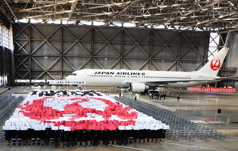 JAL入社式2017、新入社員1672名が「鶴丸」を表現、恒例の紙ヒコーキセレモニーも
