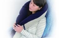 航空機内など長距離移動で「抱かれ枕」が登場、寝具メーカーが旅行用に開発