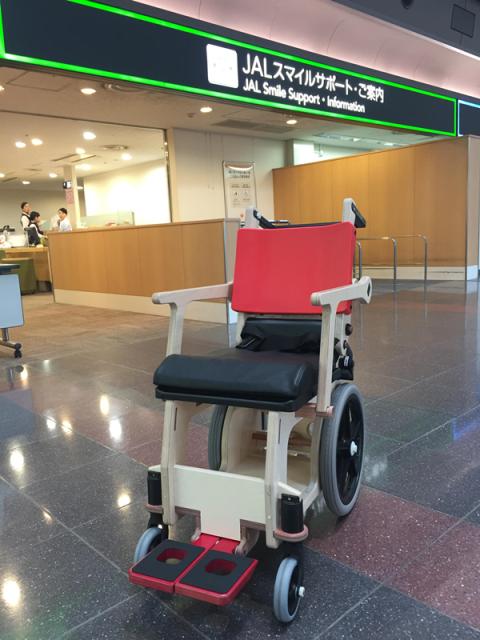 国内空港の保安検査場を座ったまま通過できる「木製の車いす」、JALが全国空港に配備へ