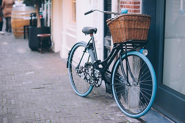 佐川急便が「手ぶら観光」で新サービス、路線バスで宿泊先まで配送、自転車旅の観光客向けに