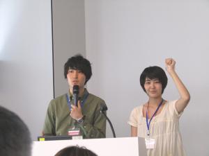 左から、河村拓さんと下穂菜美さん。下さんの手にはTraveRingが装着されている