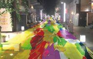 商店街と大学が観光客誘致で連携、金沢市竪町で世界最長の「デジタル掛け軸」