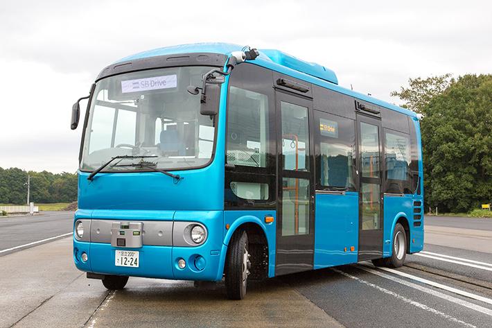 沖縄で「自動走行バス」の運転実証実験、加減速制御で車内転倒事故防止など、ソフトバンクらが新組織結成も