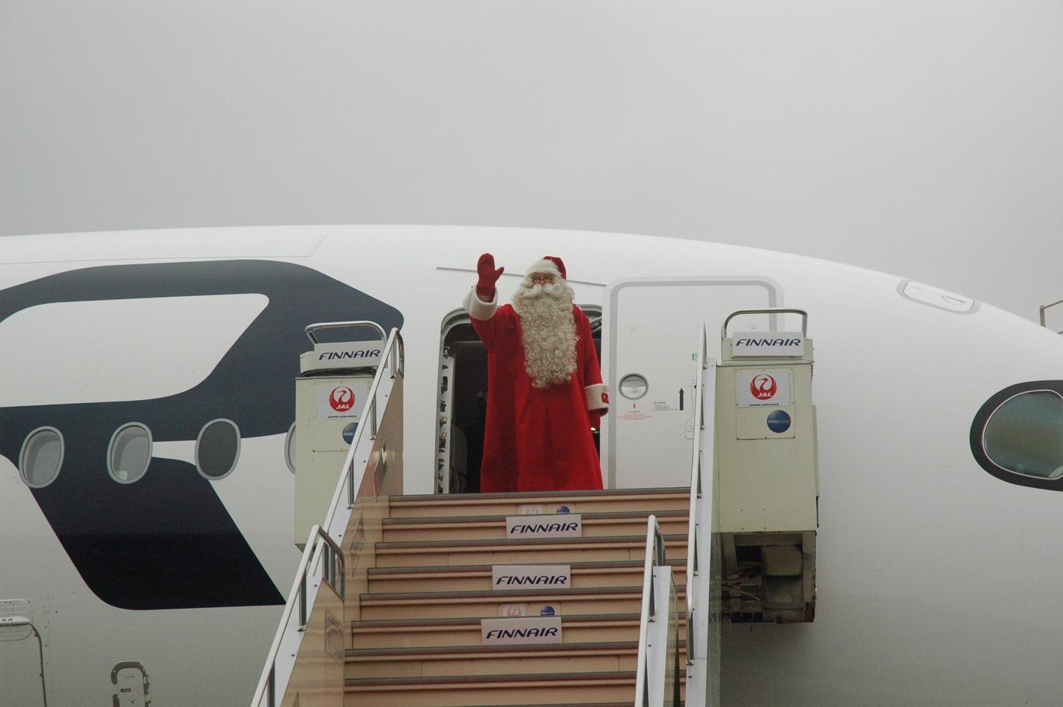 本場フィンランドの「公認サンタクロース」が成田空港に到着、フィンエアー特別仕様機で、12月中に日本各地をサンタが行脚