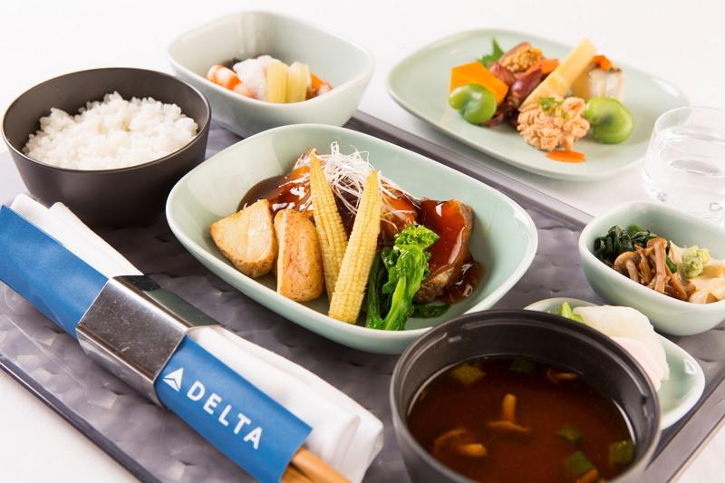 デルタ航空、日本発ハワイ路線などで和食メニューを刷新、ミシュラン2つ星の和食店シェフが監修