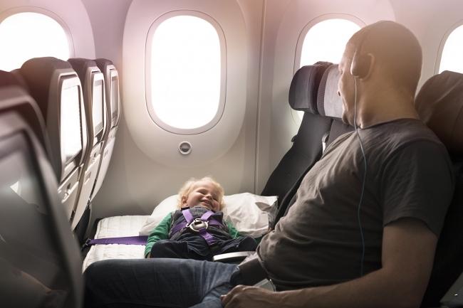 ニュージーランド航空、機内でずっと乳幼児の「ごろ寝」可能に、エコノミー席「スカイカウチ」で