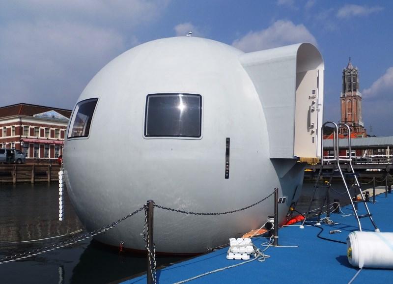 ハウステンボス、無人島を行き来する「動く水上ホテル」内部を公開、直径6.4メートルの球体で2階建て
