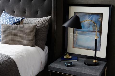 アマゾン、ホテル客室用「Alexa」を提供開始、音声アシスタント機能でBGM設定や掃除依頼まで各種リクエストに対応