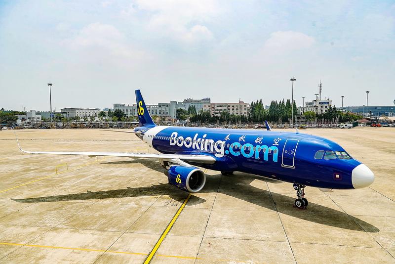 中国・春秋航空と「ブッキング・ドットコム」が戦略的パートナーシップ締結、青色ロゴのオリジナル航空機を運航へ