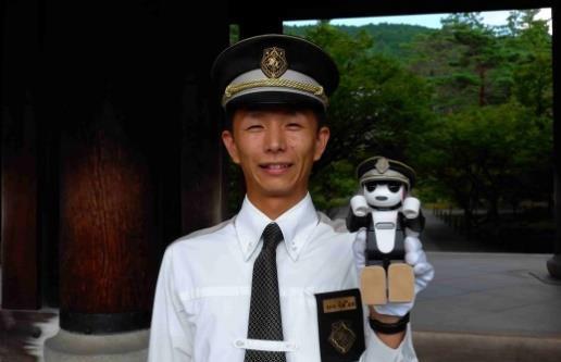 ロボットがタクシーに同乗して訪日客に観光案内、京都をめぐる新企画、JTBらが「ロボホン」活用で