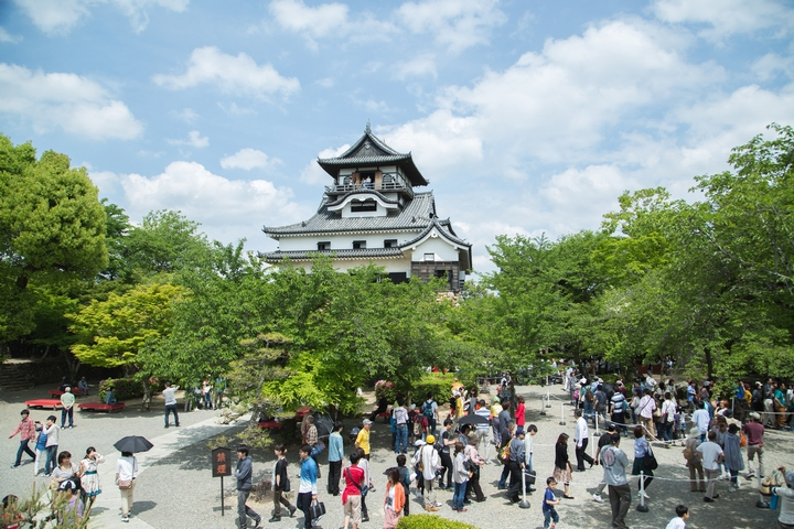 観光地の交通渋滞を緩和へ、駐車場シェアの「軒先パーキング」と犬山観光協会が連携、遊休地や住宅駐車場の開拓へ