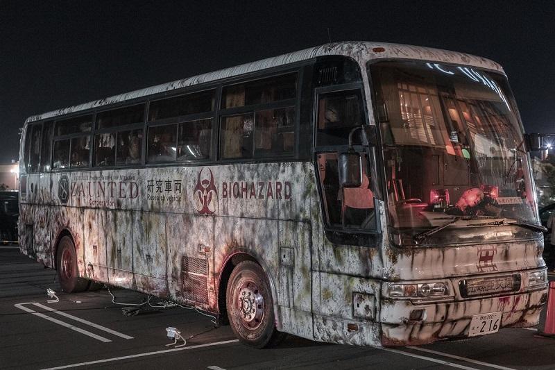 高速道路サービスエリアに「お化けバス」、新たなバス型アトラクション、シートベルト拘束で座ったままホラー体験を提供