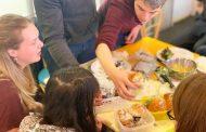 訪日客が「お花見弁当づくり」を体験、浅草のホテルの共同キッチンで