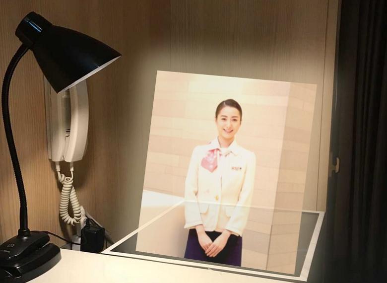 JALとNTTコム、「3Dホログラム」映像で実証実験、羽田空港ラウンジのシャワールーム受付で
