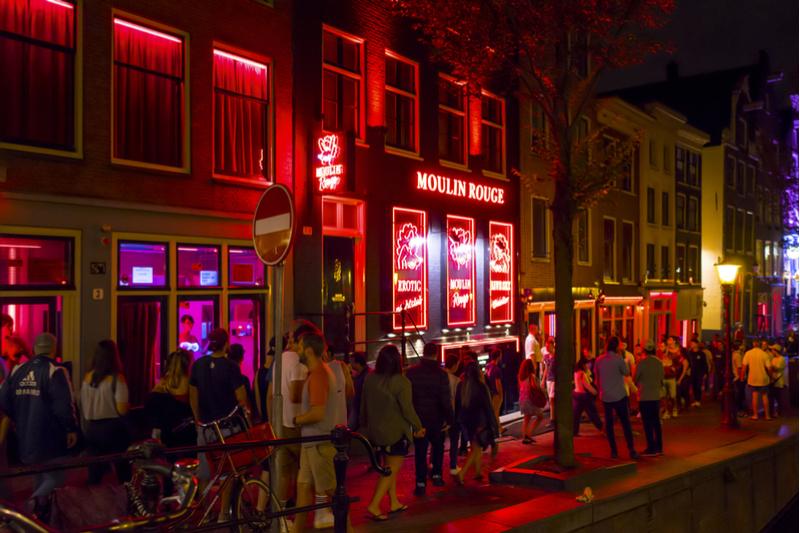 アムステルダム、オーバーツーリズム対策で「飾り窓地区」ガイドツアー禁止へ、売春婦やガイド協会は反対