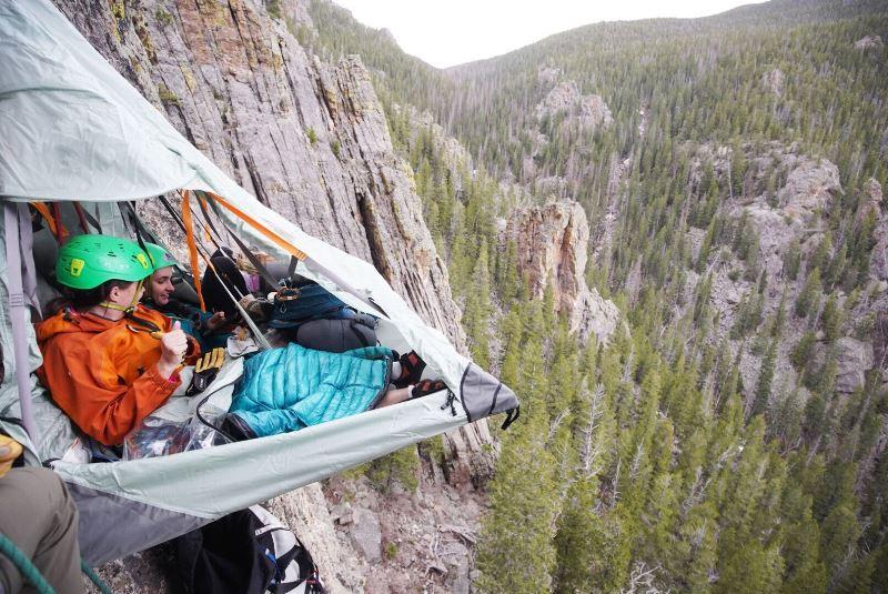 民泊エアビー、宿泊付きタビナカ体験の提供開始、「断崖絶壁でキャンプ」や「ライオンの追跡」などアドベンチャー旅行で