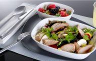 デルタ航空、エコノミー席での機内サービスを拡充、ウェルカムカクテル提供や前菜も選べるビストロスタイルの機内食に