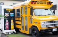 スクールバスをホテルに、滋賀県大津市で新施設開業、米国で実際に使われた車両で