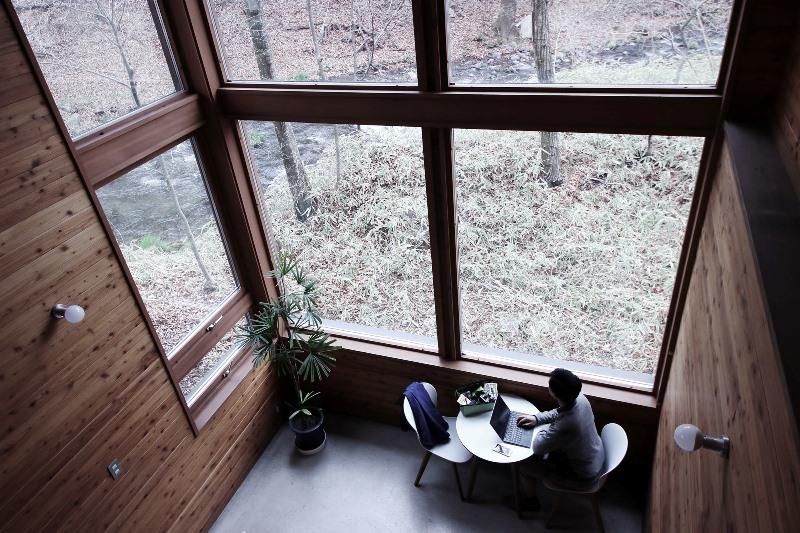 星野リゾート、軽井沢日帰り施設で「仕事+休暇」の温泉ワーケーション開始、発想力サポートする7つ道具も
