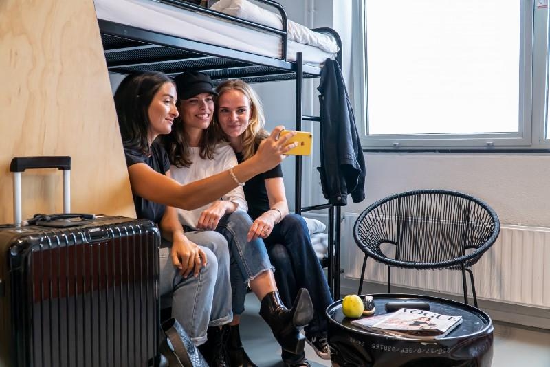 ホステルに泊まりたい世界の旅行者は3割、2人以上での利用が半数、日本は人気滞在地に