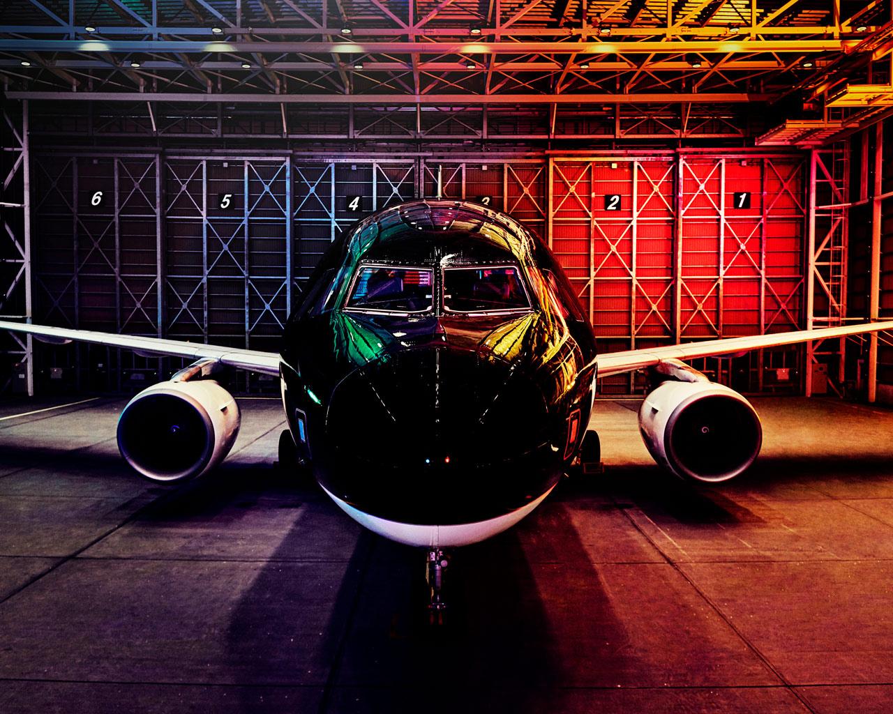 スターフライヤー、新ビジュアルで広告展開、漆黒の機体を際立たせてブランドイメージ強化