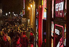 アムステルダム、飾り窓地区でのガイドツアーを禁止、オーバーツーリズム対策で