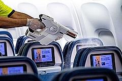 デルタ航空、新たな清潔基準「デルタ・クリーン」を導入、5月上旬から全フライトで出発前に霧状消毒
