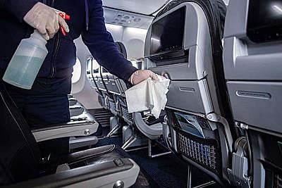 アメリカン航空、機内と空港での感染予防対策をさらに強化、搭乗者に除菌シートとマスクを配布、乗務員もマスク着用義務化