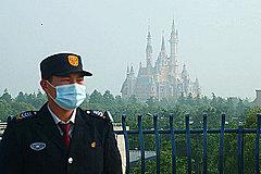 中国「上海ディズニーランド」が手探りの再オープン、入園者もアトラクションも人数制限、米国でも来週にも一部再開か