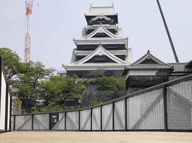 熊本城が特別見学通路を公開、天守閣や石垣を臨む地上6mの空中回廊、当面は熊本県民限定で