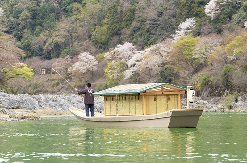 星のや京都、新屋形船の運航開始、最少1人から貸切り可能、嵐山大堰川で優雅な舟遊び